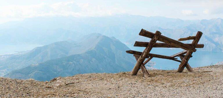 trasig träbänk vid kanten av ett berg
