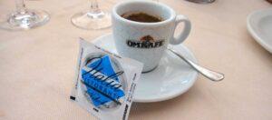 påse med socker och liten kopp espresso