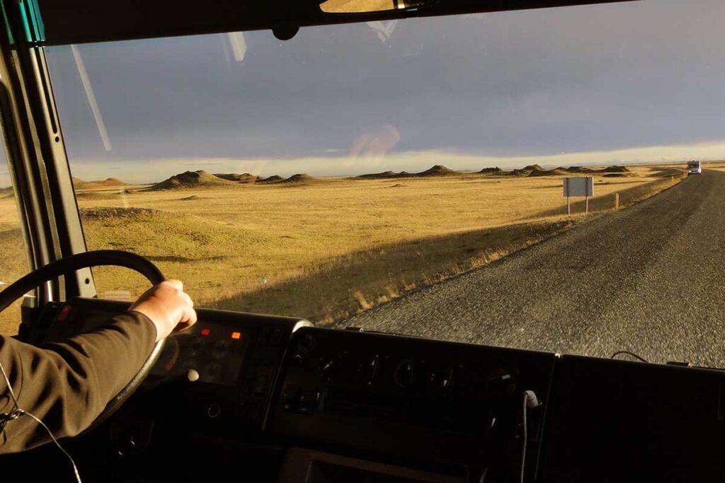 landsväg sedd från en förarhytt