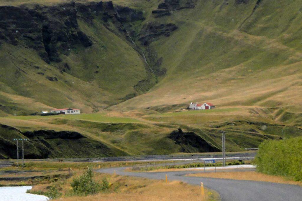 två hus på en gräsklädd sluttning