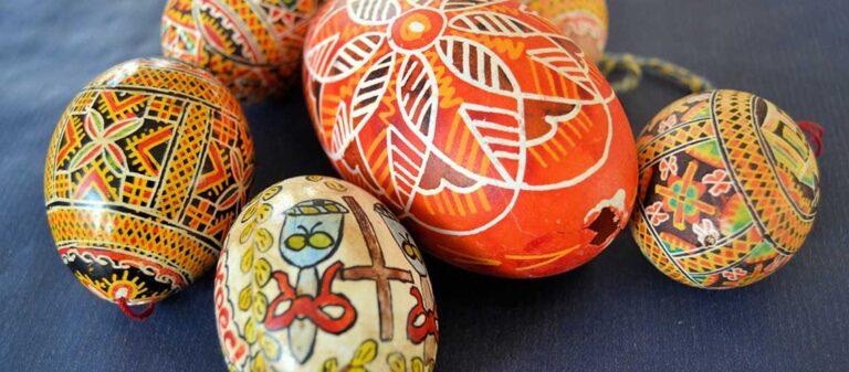 påskägg målade i röda och gula färger