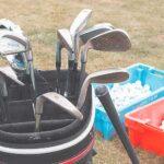 golfbag med klubbor och bollar