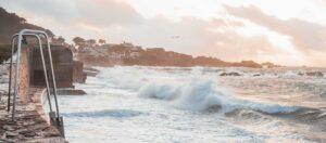 vågor som slår mot vågbrytare