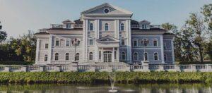 palats framför en fontän
