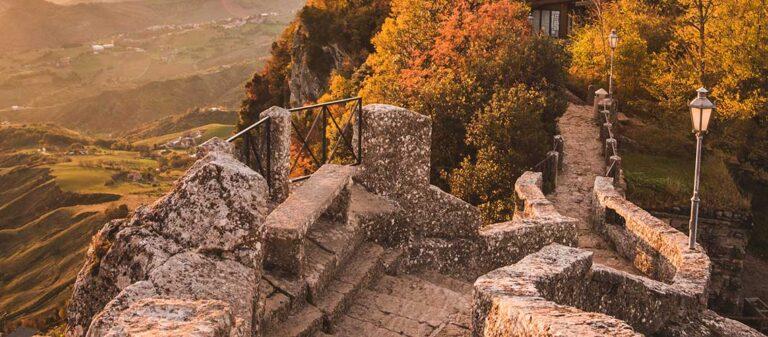 landskap med stenbro och lyktor