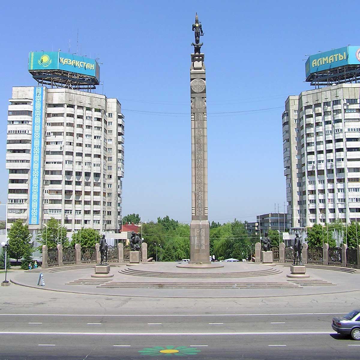 torg med höga byggnader och en kolonn