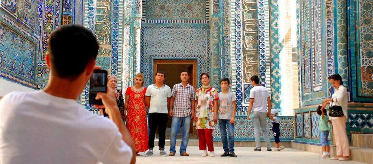en grupp människor framför moské