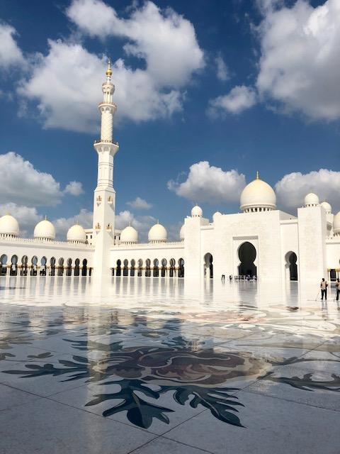 torg omslutet av murar med moské och minaret