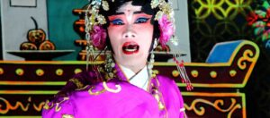 kinesisk skådespelare i lila kostym