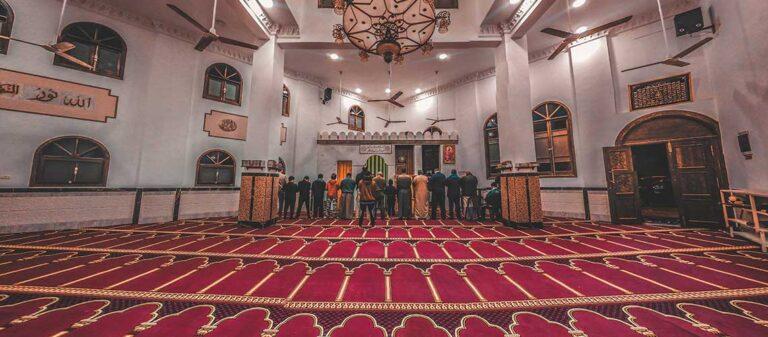 красный ковер и интерьер от мечети