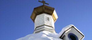 snötäckt tak och kupol på ortodox kyrka