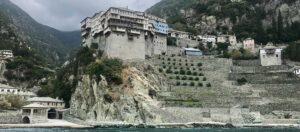 grå byggnader på klippa vid vatten