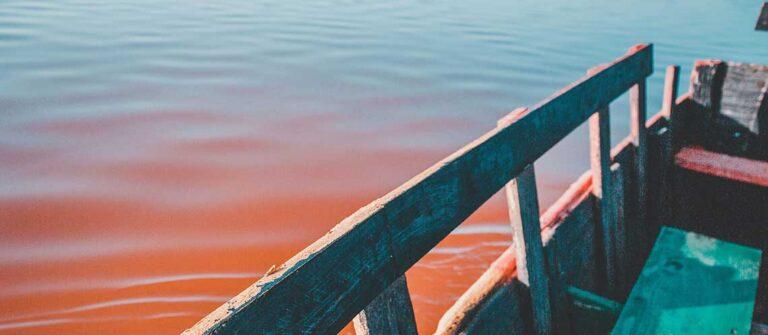 en brygga över en rödfärgad sjö