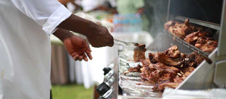 man som grillar kött