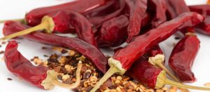 torkade röda pepparfrukter och deras fröer