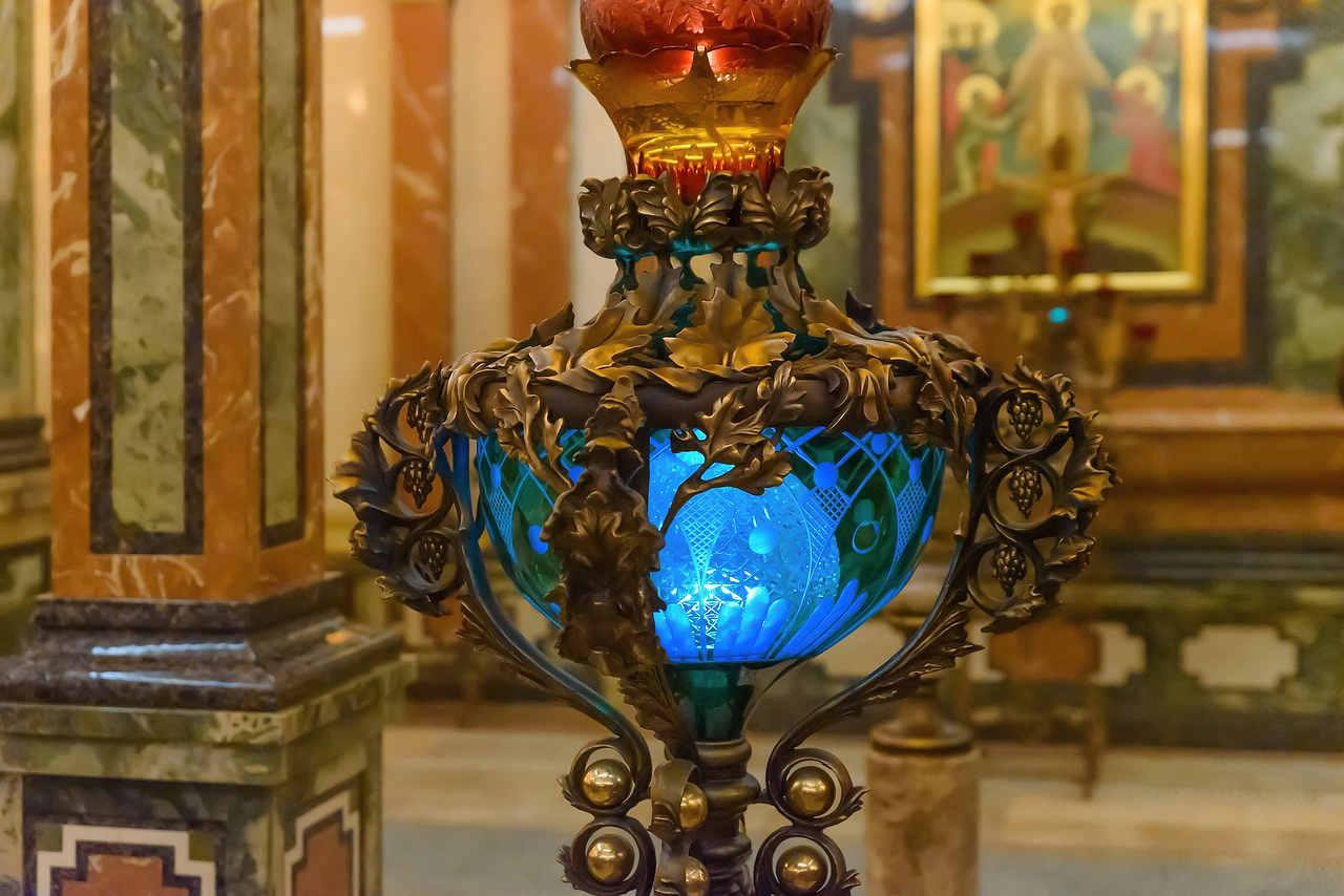 blå lampa i en kyrka