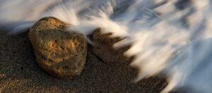 камень на берегу, морская вода