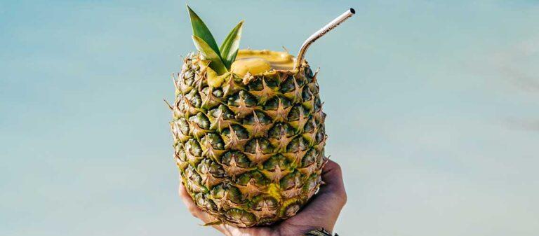person som håller en ananas i handen