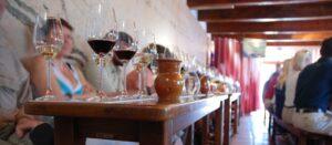vinglas på bord i samband med vinprovning