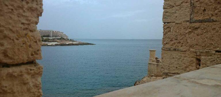utsikt över havet från ett fort
