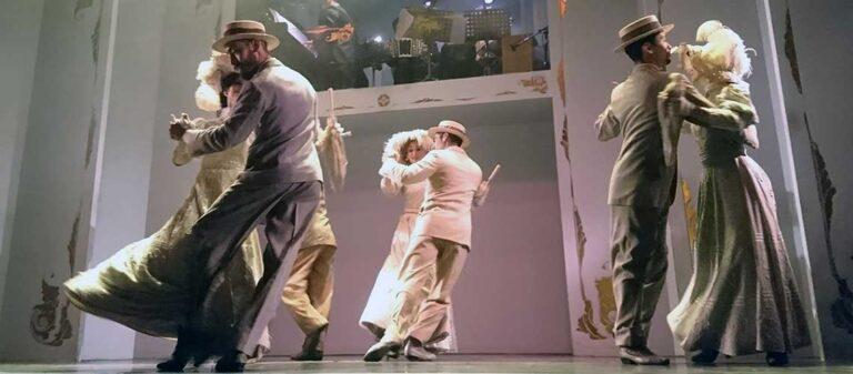 dansare som uppträder på scen