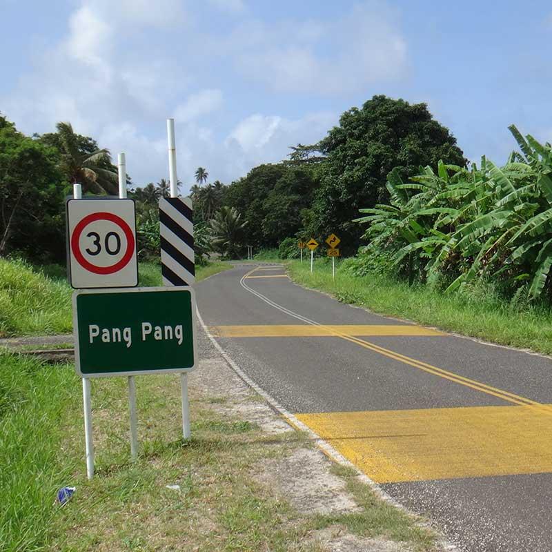 väg med skylt med ortnamnet Pang Pang