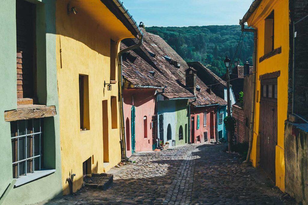 färgglada hus längs en kullerstensgata