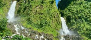 vattenfall i grönt område med stenar