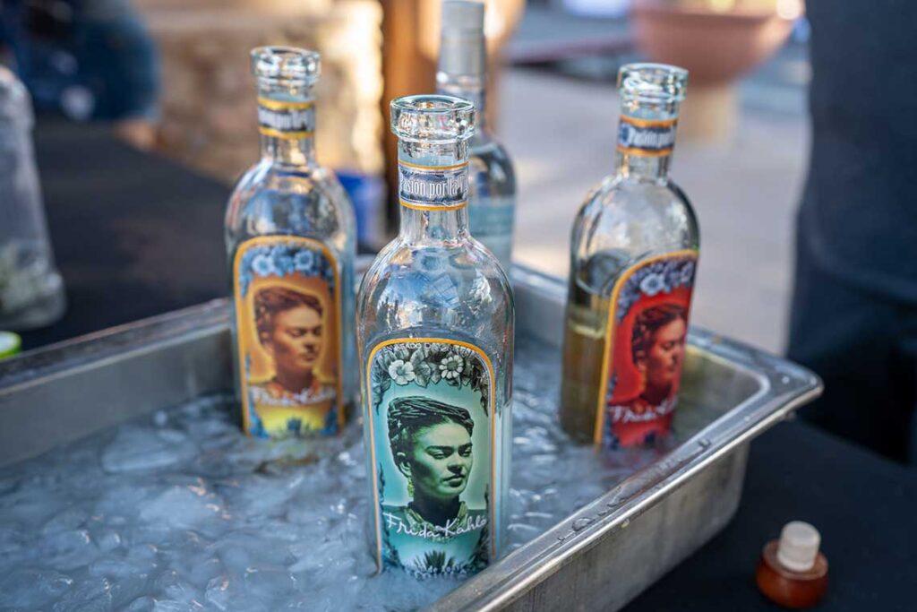 tre flaskor tequila med olikfärgade etiketter
