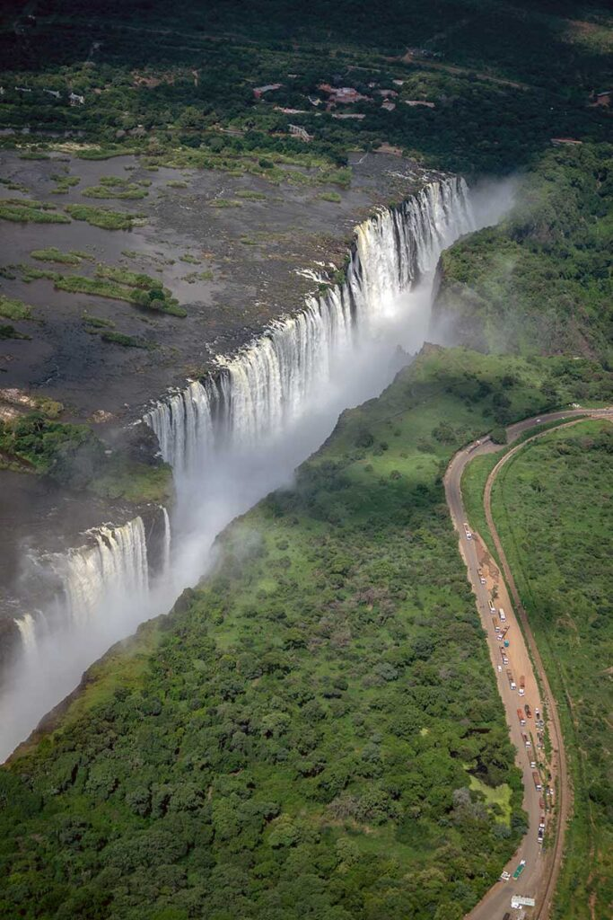 vattenfall och väg genom grönt område sett uppifrån