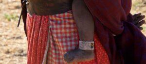detalj av kvinna med barn på ryggen