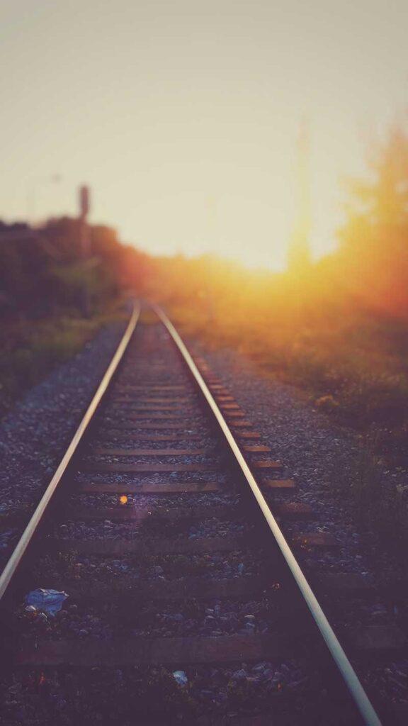 järnvägsräls med solen i bakgrunden