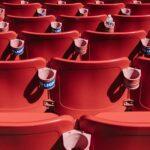 röda stolar på läktare