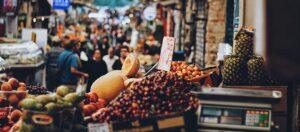 fruktstånd på marknad