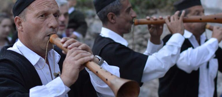 män som spelar flöjtliknande träblåsinstrument