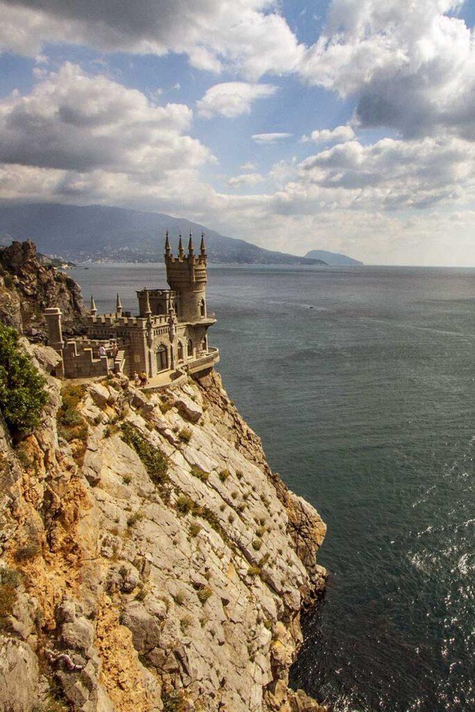 slott längst ut på en klippa i havet
