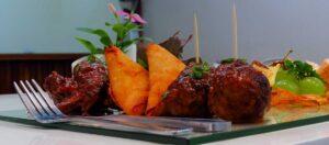 gaffel och tallrik med mat