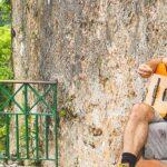 man som spelar gitarr utomhus