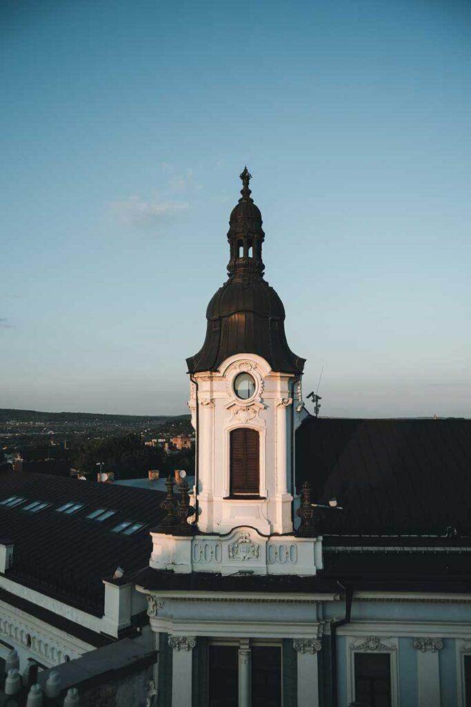 vitt torn med svart tak