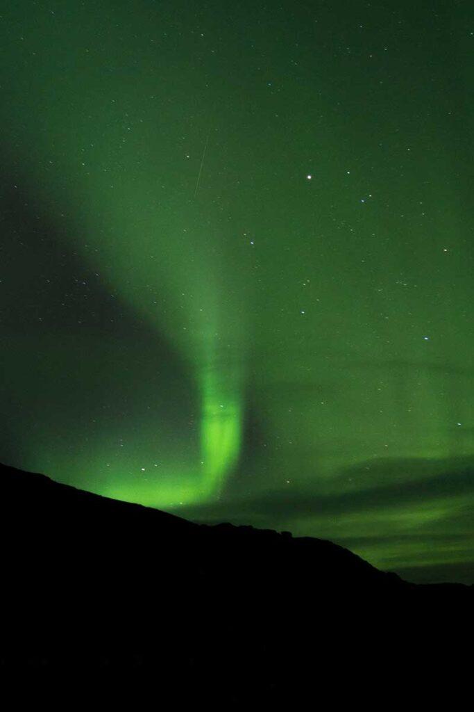 norrsken på himlen över berg