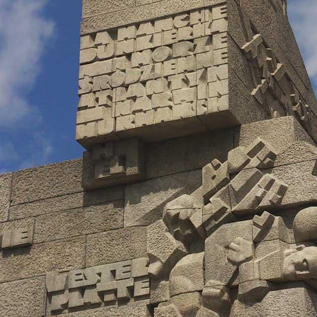 text på ett monument i sten