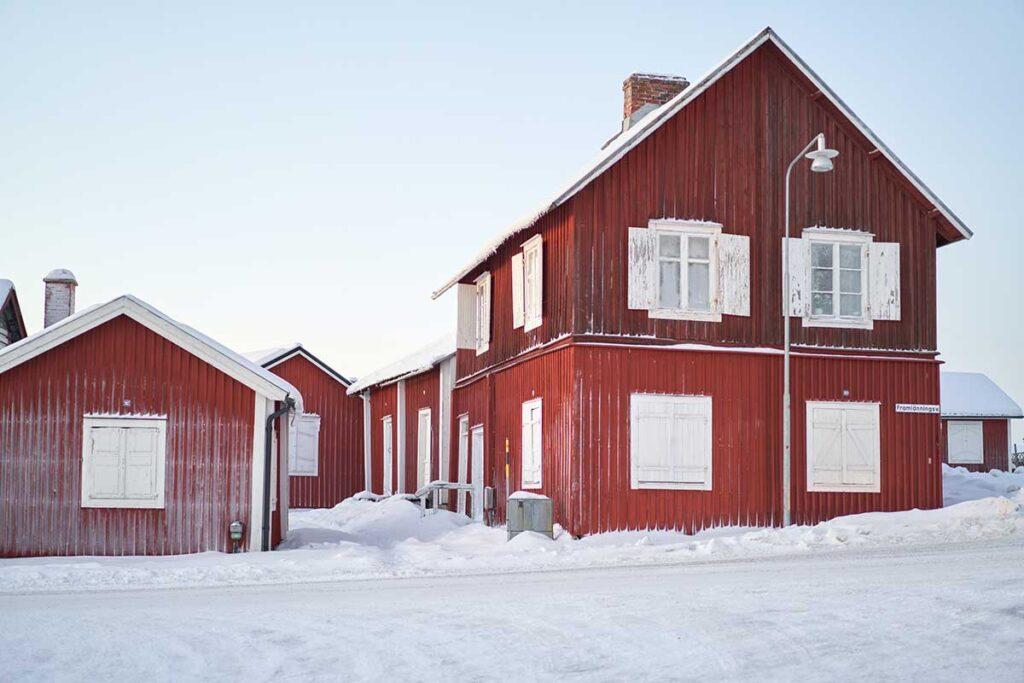 röda trähus och snö