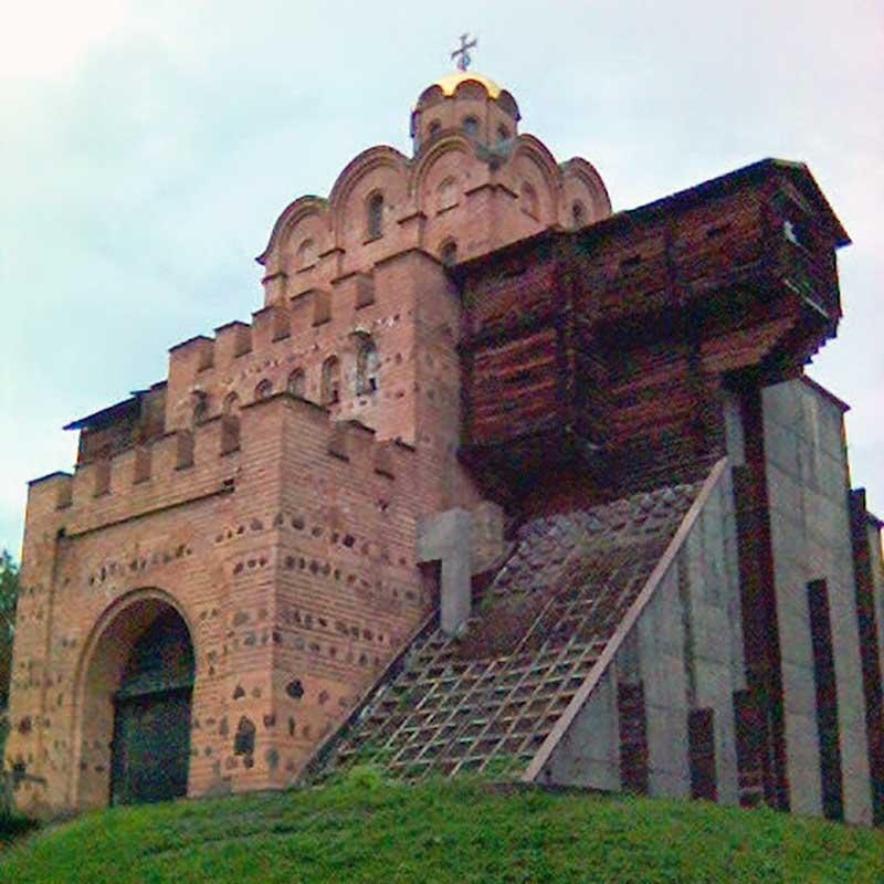 tegelbyggnad med guldskimrande kupol