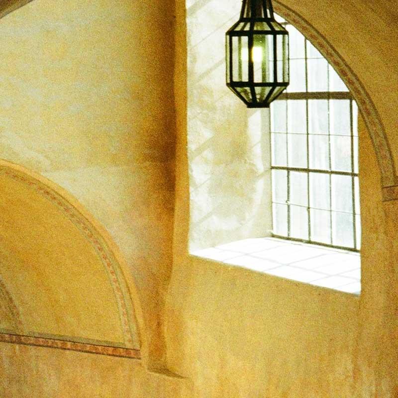 fönster med lampa i en stenvägg