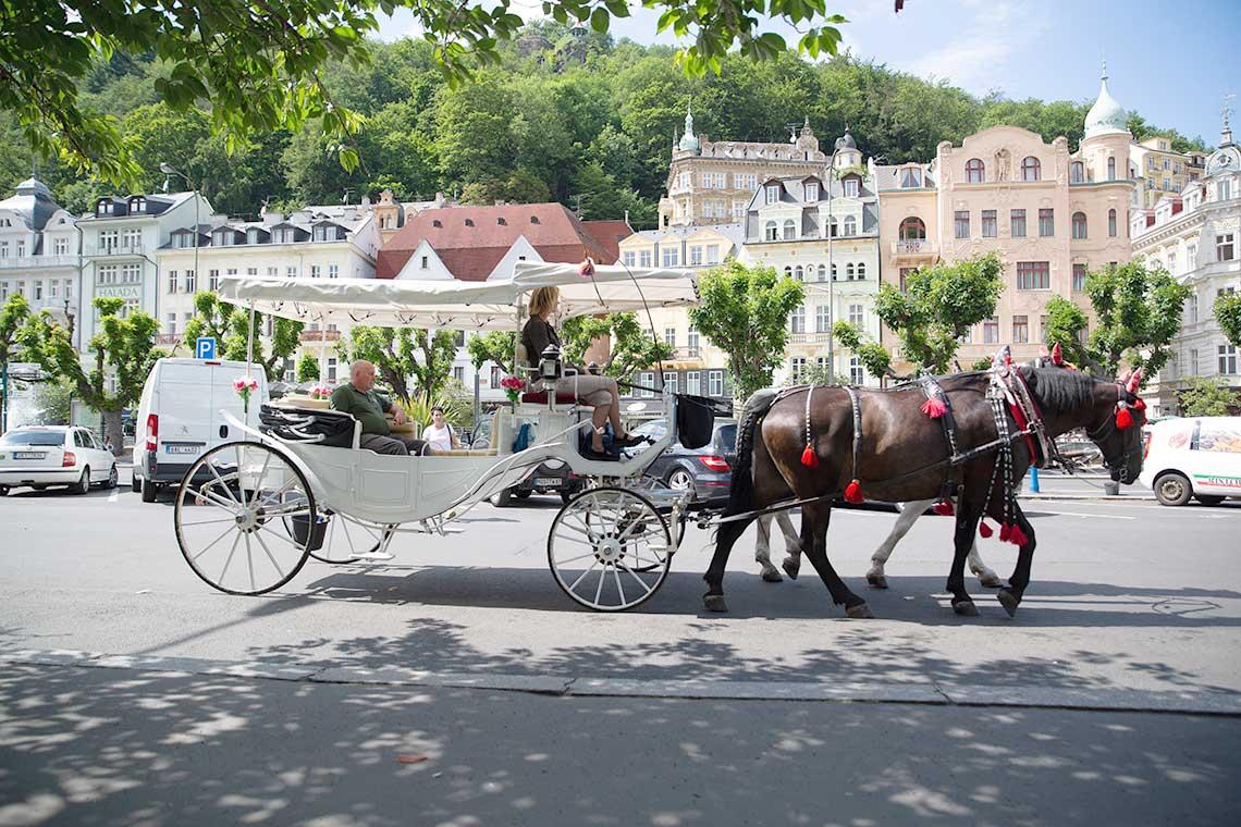 häst och vagn på ett torg