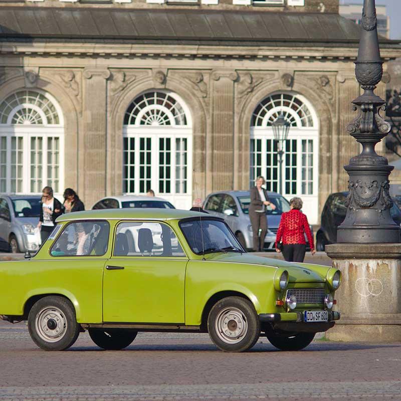 grön bil på ett torg