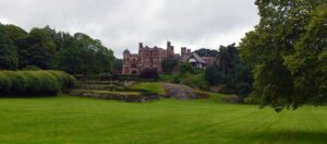 ett slott i en park