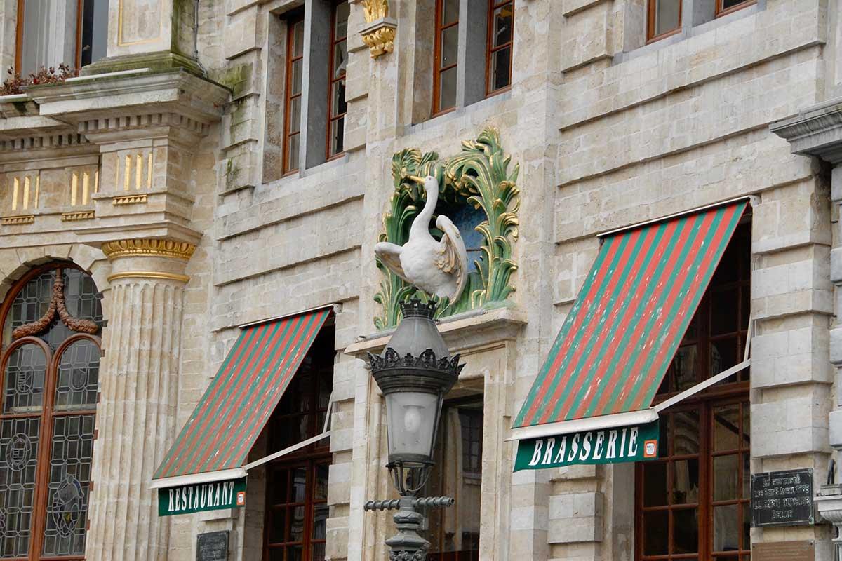 fågelskulptur ovanför dörröppning