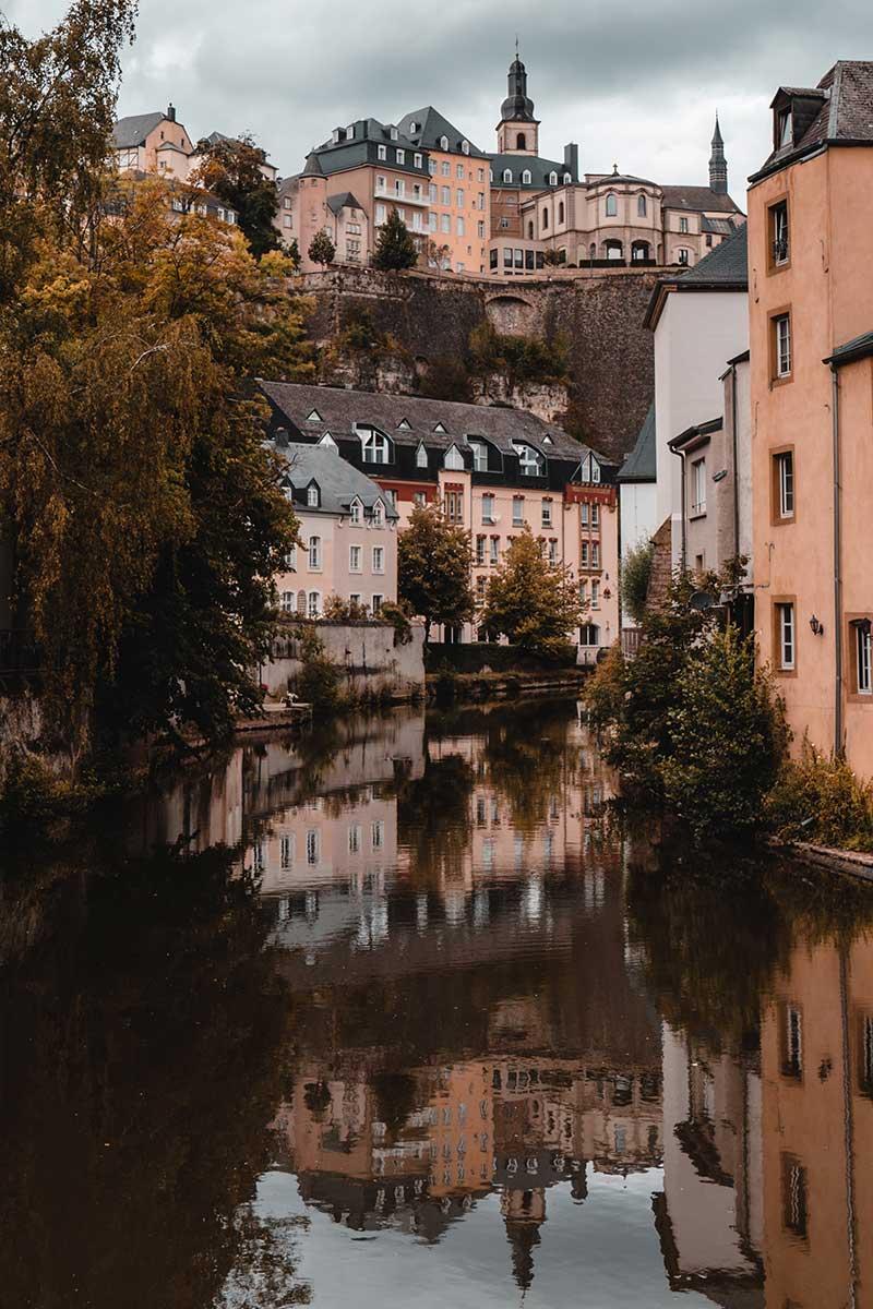 husfasader som reflekteras i en flod