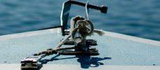 detalj på båt med havet i bakgrunden